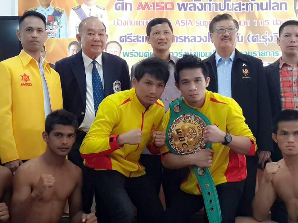 WBC Vice-President and WBC Asian Boxing Council President Pol. General Kovid Bhakdibhumi, 2nd from left at the back, leads the media presentation of the Thai boxers, along with Mayor Somnuek Thanadechaul of Nonthaburi City and Governor Chomchuen Boonyanusart Nonthaburi Province. (Image by WBC Abco)